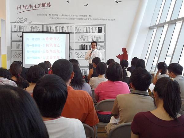 05_參與民眾踴躍,紛紛把握難得機會,專注聆聽戴老師分享成功秘訣。