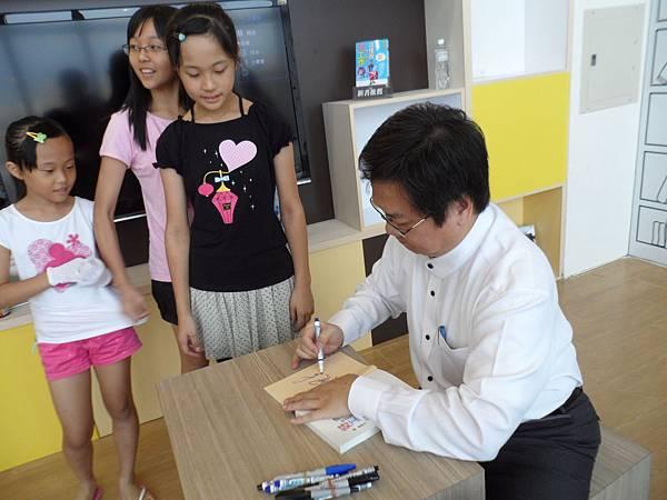 14_戴老師為讀者朋友一一簽書