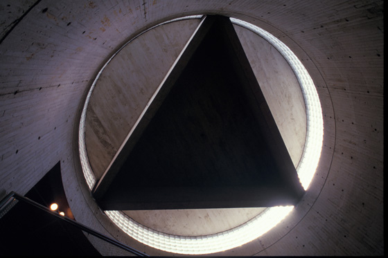 1-16 耶魯藝廊 圓筒狀樓梯間上方高側窗.jpg