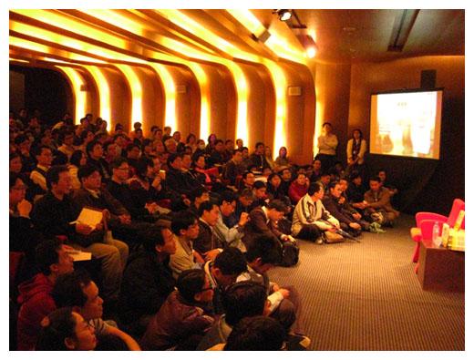 活動正式開始,第一排座位前地上又多坐了三排粉絲.JPG