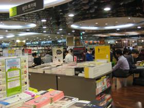 書店內設有一區休憩區,一旁還有咖啡店。.jpg