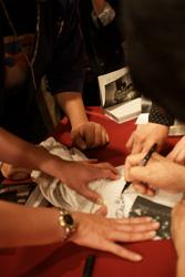 特定找了圖案是森山老師作品的衣服來簽名,讀者真是太有心啦(小).jpg
