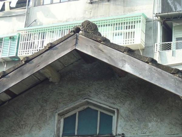 注意屋頂的裝飾用石雕