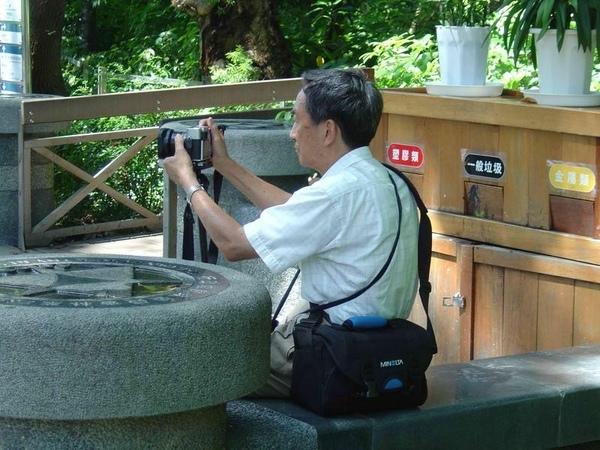 在植物園拍老先生和老