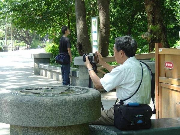 拍照的先生年紀也不小