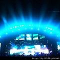 阿信:深圳的夜空出現了一道銀河,在五月天諾亞方舟的甲板上,摸到星星。:) 圖片: @洋公