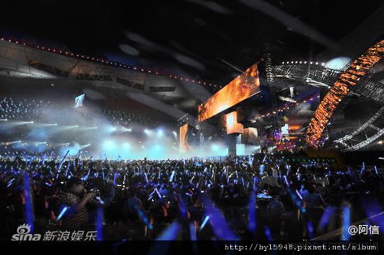 阿信:每個平凡的自我,都曾幻想過,以你為名的小說,會是枯燥或是雋永? 今天要讓20萬人都雋永。 五月天 鳥巢 DAY2 http://weibo.com/binmusic2012