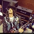 2012-05-17 21'42 跟怪獸到香港柏斯琴行參觀Gibson,結果巧遇槍與玫瑰吉他手Slash,尚翊哥跟他是Gibson一家人了,尚翊哥,記得看到人家要叫哥哥喔!!