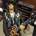 2012-05-17 21'44 跟怪獸到香港柏斯琴行參觀Gibson,結果巧遇槍與玫瑰吉他手Slash,尚翊哥跟他是Gibson一家人了,尚翊哥,記得看到人家要叫哥哥喔!!