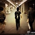 2012-05-27 22'14 搖滾喬RockJoe:三人在機場比賽競走...在後面追的我們比較累...@阿信 @monster怪獸 @mayday瑪莎