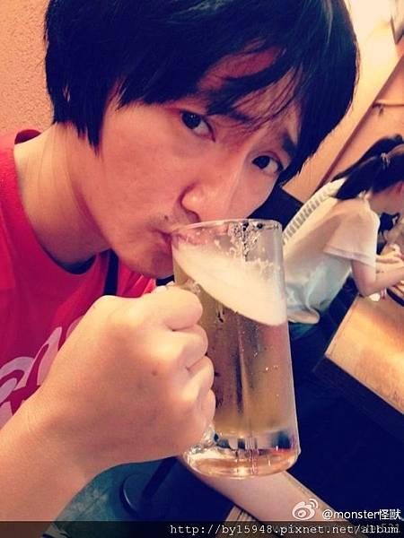monster怪獸:這傢伙昨天從大阪寄來一張照片,瞧瞧那充滿挑釁與挑逗意味的眼神~今天就讓他張不開眼睛好了,出發去大阪summer sonic音樂祭!GO!@旺福乐团