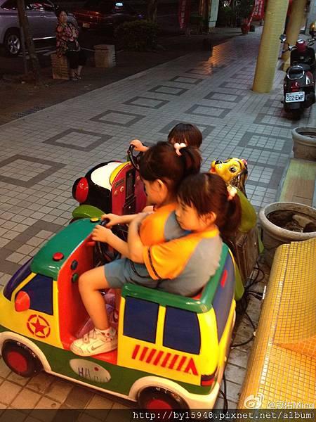 """冠佑Ming:小玫瑰說:玩具車剩一台,姊姊抱妳""""薔薇說:謝謝姊姊""""小玫瑰很怏的轉頭跟我說:妹妹怎麼這麼重啊~m"""
