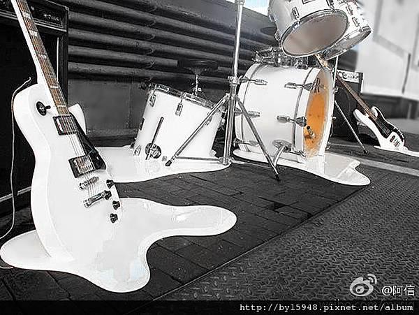 阿信:夏天,連音樂都可以融化...。 ( •́ ⍨ •̀) 今天台北好熱,你的城市呢?... @一克拉的夢想展 # 在上海 9/21-11/08 #