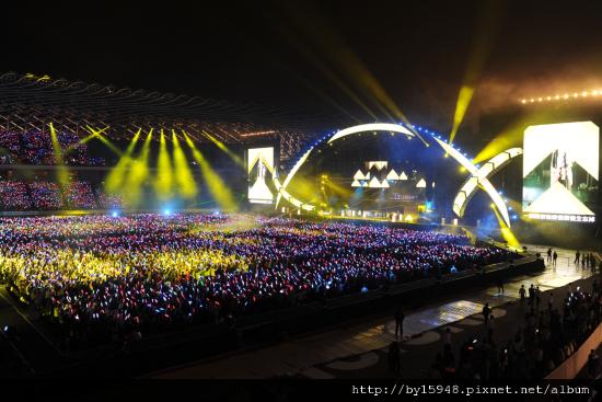「演唱會之王」五月天跨年「影分身術」雙連線80萬人「OAOA」狂歡