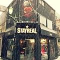 2013-01-14 12'26 今日は日本の成人式の日と!なんと東京初雪が降りましたよー',、ヾ(o´∀`o)ノ'`,、開店前のステリアでございます 今天東京降下初雪,雪花紛飛中的STAYREAL東京店,看起來是不是很夢幻呢