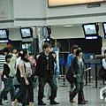 五月天現身機場歌迷狂追 阿信安檢表情搞笑.jpg