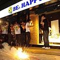 五月天奇招不斷 東區插旗直搗黃龍自己開店賣CD4.jpg