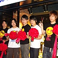 五月天奇招不斷 東區插旗直搗黃龍自己開店賣CD6.jpg
