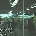 臺灣超人氣組合五月天抵昆 阿信肢體語言表心情1.jpg