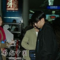 臺灣超人氣組合五月天抵昆 阿信肢體語言表心情5.jpg