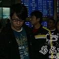 臺灣超人氣組合五月天抵昆 阿信肢體語言表心情6.jpg