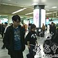 臺灣超人氣組合五月天抵昆 阿信肢體語言表心情8.jpg