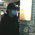 臺灣超人氣組合五月天抵昆 阿信肢體語言表心情14.jpg