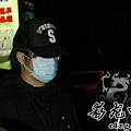 臺灣超人氣組合五月天抵昆 阿信肢體語言表心情21.jpg