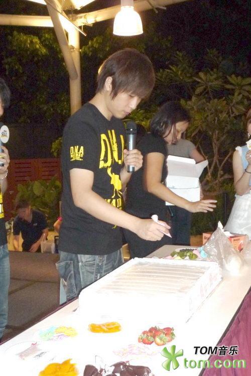 冠佑慶生獲「空白蛋糕」 五月天與歌迷同樂01.jpg