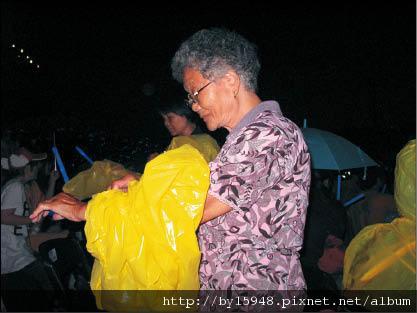 阿信82歲外婆 熬夜high看乖孫 五月天台中開唱 信媽與阿姨到場搖滾 01