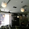 天花板的燈是棉花球耶