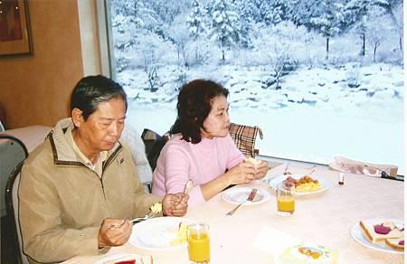 04飯店內早餐,窗外白雪皚皚.jpg