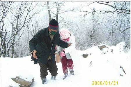 06積雪甚厚舉步維艱.jpg