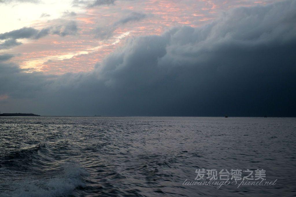 傍晚的黑色海水