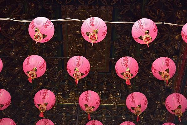 抬頭一望可以看到一整片粉色的燈籠