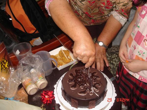阿媽切蛋糕囉