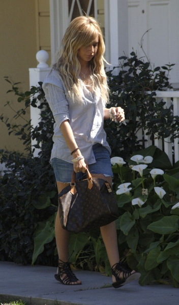Ashley_Tisdale_kahve_ve_seksi_bacak_Los_Angeles.jpg