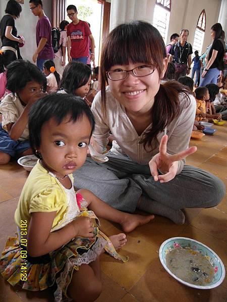 志工分別幫忙餵幼小的孩童吃午餐
