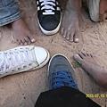幸福的我們可以穿著保暖及保護腳腳的鞋子