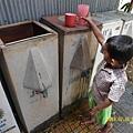 小孩排隊裝水喝