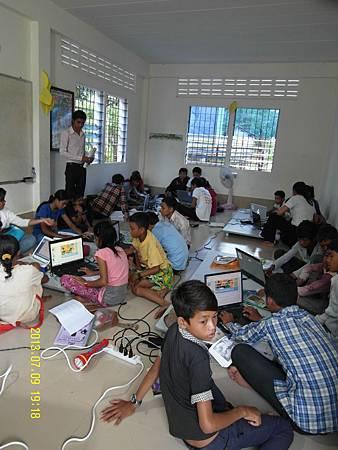 2   電腦教室---一堆孩童擠在小小的房間,坐在地板上認真學習電腦課!_縮圖.JPG