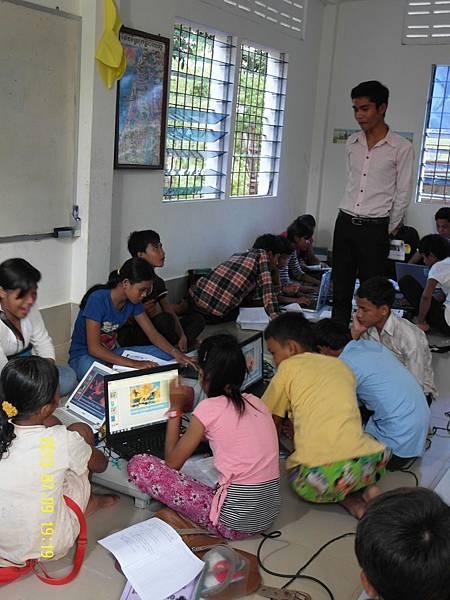 2-2   電腦教室---教學電腦的老師,其實是教會中的年輕少年或少女,比現優秀者,教會會栽培他們繼續進修,學習知識後,再返回家教宣傳教育_縮圖.JPG