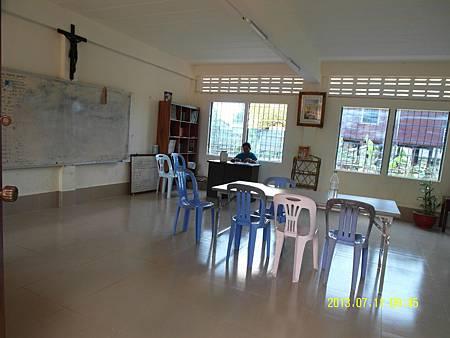 4   英文教室1---白板都使用倒掉漆了, 朦朧到沒辦法看清楚,他們也只能繼續使用_縮圖.JPG