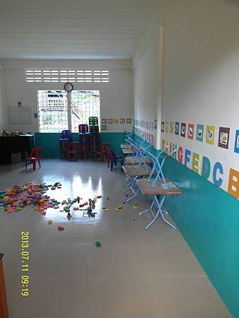 8   幼幼班教室2---這也是小小孩吃飯的地方,大碗的飯當中只配2條乾小的鹹魚,孩子一天也可能只吃2餐,體型明顯發育不良及乾瘦。_縮圖.JPG