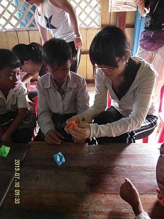 14-4指導小孩們如何摺紙。_縮圖.JPG
