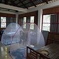 16   志工們住宿的房間,還好姜老師體貼地先準備蚊帳給我們使用,到了晚上,雖然我們住在2樓,但走來卻爬滿了向蚱蜢的昆蟲,嚇死人了!_縮圖.JPG