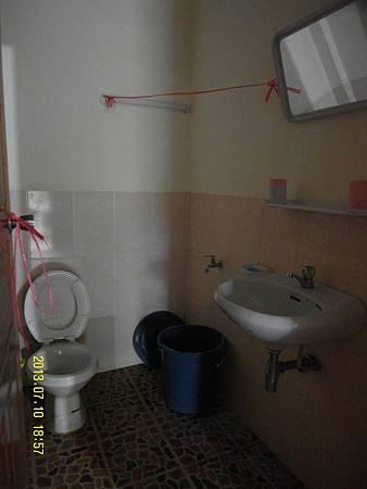 22   簡單的廁所,馬通沒有沖水設備,要自己搖旁邊的雨水來沖洗馬桶!_縮圖.JPG