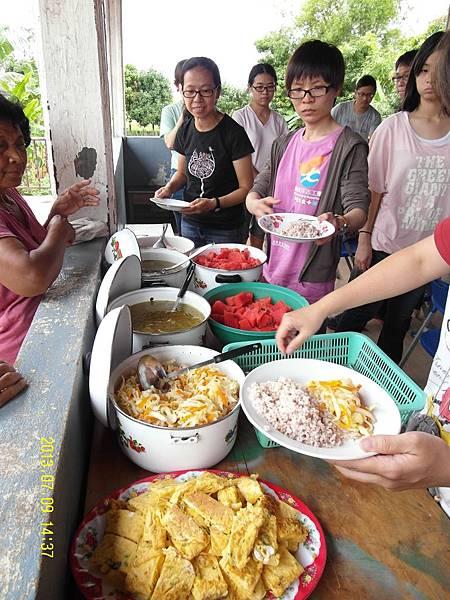 30   教會的嬤嬤們辛苦地幫我們準備簡單的午餐!_縮圖.JPG