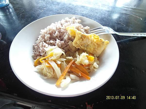 31  午餐裡頭有蛋、青菜和肉片_縮圖.JPG