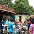 34   吃完飯後,分工合作洗碗去,也是用天然的雨水清洗碗盤。_縮圖.JPG